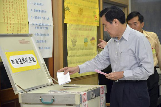 Taiwans President Ma Ying-jeou casts his ballot at a voting station during local elections in Taipei November 29, 2014. REUTERS/Frank Sun/Pool (TAIWAN - Tags: POLITICS ELECTIONS TPX IMAGES OF THE DAY)