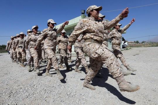 Ngày càng có nhiều phụ nữ tham gia lực lượng người Kurd chống IS. Ảnh: EPA