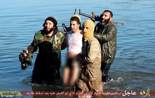 Hình ảnh IS khoe bắt được phi công nười Jordan. Ảnh: Twitter