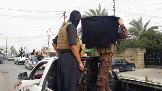Các tay súng IS trên đường phố Mosul - Iraq hồi tháng 6-2014. Ảnh: Reuters
