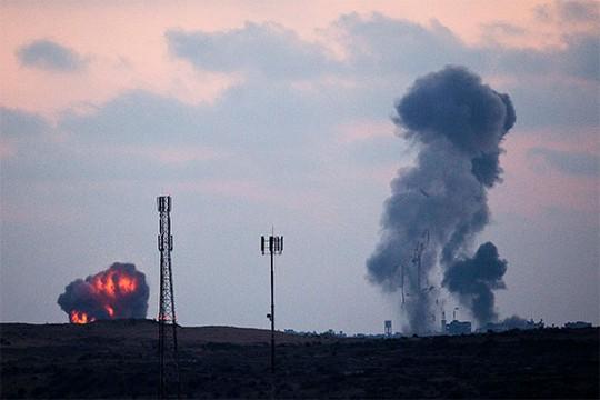 Khói bốc lên sau một cuộc không kích của Israel vào phái bắc Dải Gaza. Ảnh: Reuters