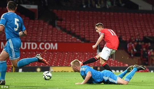 Januzaj tỏa sáng vớ 3 bàn thắng cho U21 M.U