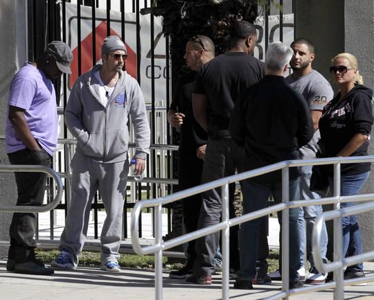 Jeremy Bieber (kính râm, áo xám) chờ đón con trai ngoài trại tạm giam ở Miami sau khi đóng tiền tại ngoại hôm Justin bị bắt vì nghi uống rượu đua xe trái phép. Ảnh: Reuters