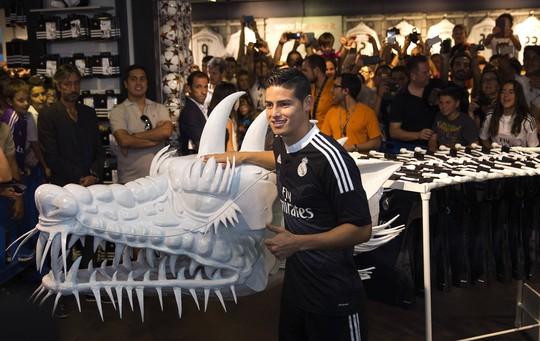 Tân binh James Rodriguez chụp ảnh với đầu rồng, một trong hai con vật trong truyền thuyết được nhà thiết kế Yamamoto lấy cảm hứng tạo ra họa tiết trên áo và giày cho Real