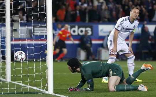 Pha phá bóng không thành của Terry bắt nguồn cho thất bại đậm đà 1-3 của Chelsea trên sân của PSG