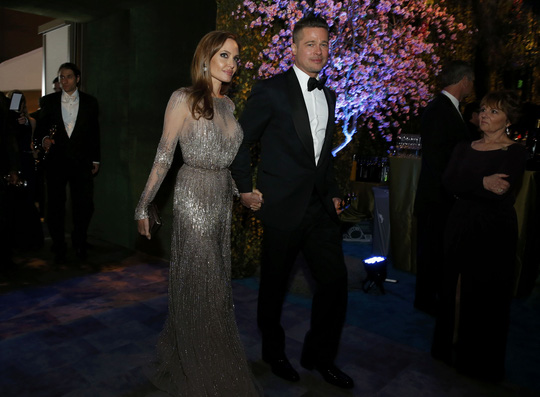 Họ vẫn tay trong tay sau lễ trao giải. Ảnh: Reuters
