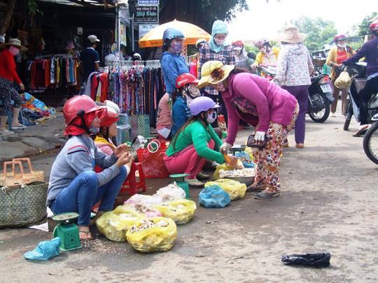 Chợ nấm Hai Riêng (huyện Sông Hinh) đông vui trong ngày 4-11