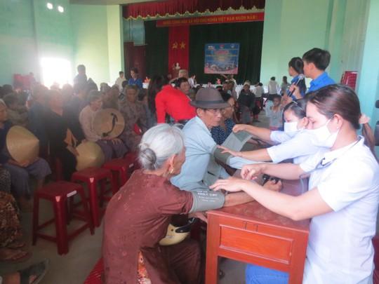 Các thầy thuốc trẻ khám bệnh cho người nghèo trên đảo