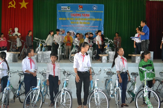 Trao tặng xe đạp cho học sinh nghèo vượt khó học giỏi.