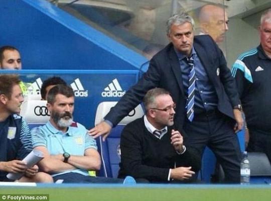 Roy Keane không hề nhìn HLV Mourinho khi ông này đến chào ra về