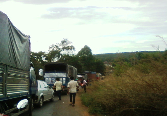 Kẹt xe kéo dài hàng chục km trên quốc lộ 14, đoạn qua huyện Bù Đăng, tỉnh Bình Phước, đến sáng 7-4 mới được giải tỏa.