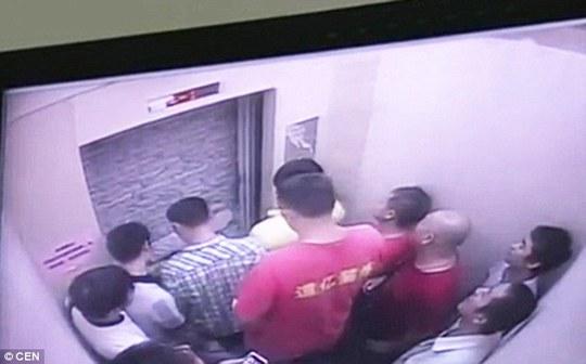 Khó có thể giữ bình tĩnh khi thang máy mở ra, trước mặt là bức tường gạch bịt kín