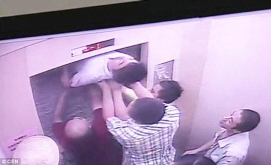 Chàng trai trẻ đang mắc kẹt ở giữa thì thang máy chuyển động