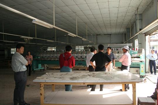 Lao động nước ngoài (bìa trái) làm việc tại một doanh nghiệp Hàn Quốc ở TP HCM