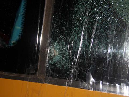 Cửa kính phía trước xe khách giường nằm bị ném vỡ.
