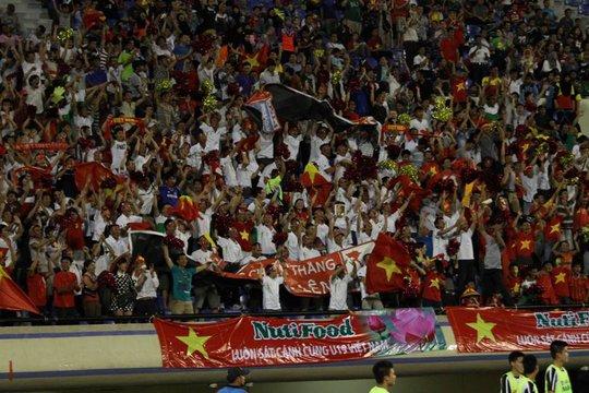 Rất đông khán giả đến sân cổ vũ cho U19 VN