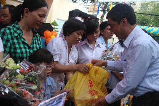 Ông Nguyễn Văn Khải, Phó Chủ tịch Thường trực LĐLĐ TP HCM, tặng quà cho trẻ em khuyết tật các nhà mở, mái ấm
