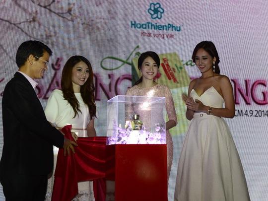 Các hoa hậu cùng tham gia nghi thức khám phá sản phẩm kem Sắc Ngọc Khang