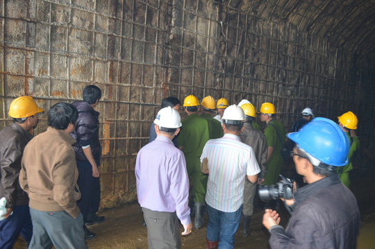 Cơ quan chức năng tiến hành thu thập thông tin về đường hầm từ ngoài vào Ảnh; CAO NGUYÊN