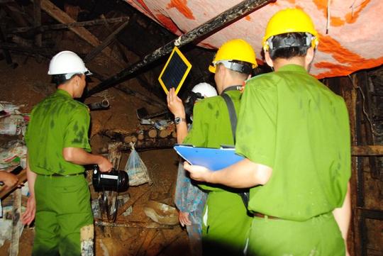 Khám nghiệm tại khu vực xảy ra sập hầm ảnh: CAO NGUYÊN