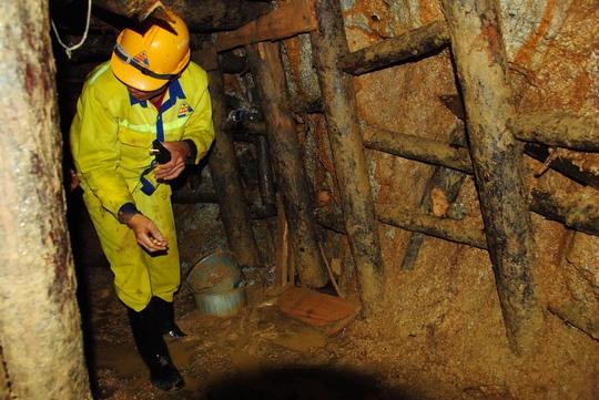 Đường hầm bên trái nơi các nạn nhân được đưa ra ngoài  Ảnh: CAO NGUYÊN