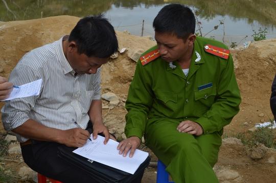 Ông Phạm Đình Hiểu ký vào bản cung cấp thông tin cho cơ quan điều tra Ảnh: CAO NGUYÊN