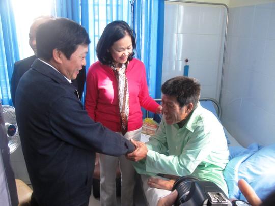 Bà Trương Thị Mai, Chủ nhiệm Ủy ban về các vấn đề xã hội thăm hỏi nạn nhân lớn tuổi nhất Phạm Xuân Đăng  ẢNH: HỒNG ÁNH