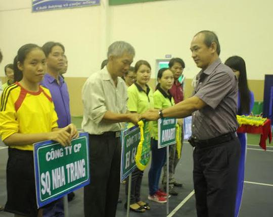 Ban tổ chức tặng cờ lưu niệm cho các đoàn về dự hội thao