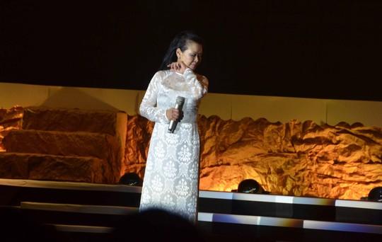 Bên ngoài sân khấu đang tranh luận về tác quyền, ca sỹ Khánh Ly vẫn đắm say hết mình trên sân khấu với khán giả Đà Nẵng