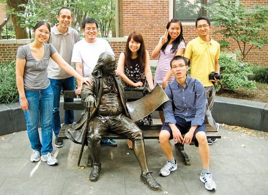 Một số trí thức trẻ Việt Nam bên tượng đồng Benjamin Franklin trong khuôn viên Đại học Pennsylvania. Ảnh: K.V