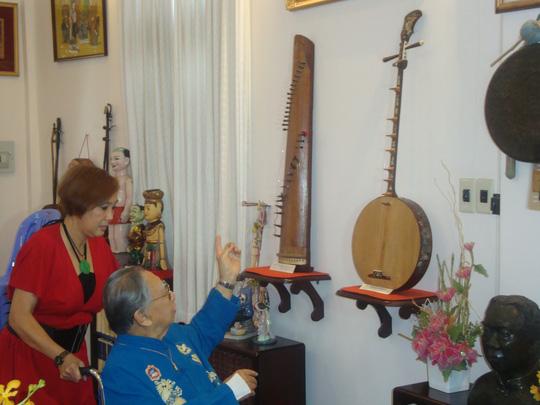 Nghệ sĩ Hà Mỹ Xuân đã về Việt Nam thực hiện video giới thiệu về Đờn ca tài tử Nam Bộ, trong ảnh là GS-TS Trần Văn Khê và chị cùng giới thiệu về các loại nhạc cụ dân tộc sử dụng trong dàn nhạc Đờn ca tài tử Nam Bộ.