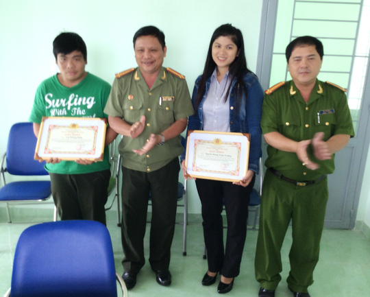 """Nữ """"hiệp sĩ"""" Nguyễn Hồng Xuân Trường cùng anh Cao Hoàng Dũng nhận giấy khen của Công an tỉnh Bình Dương."""