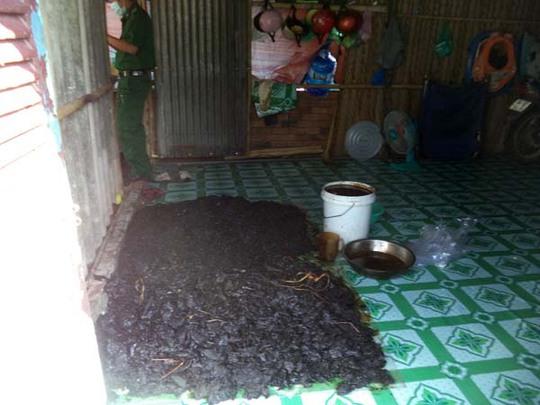 Thành phẩm khô bò đen được trải dưới sàn nhà mặc cho chó, gà qua lại.