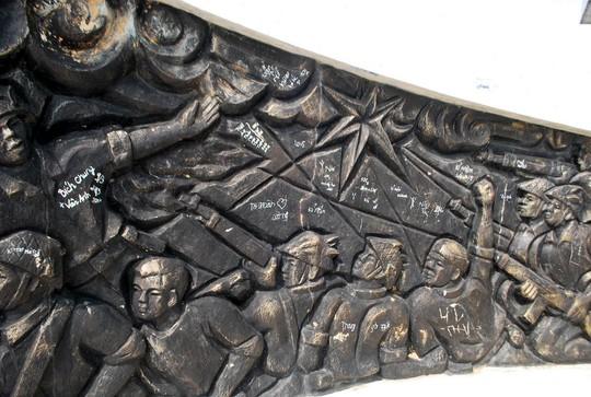 Phù điêu tượng đài chiến thắng Bồ Bồ bị những người vô ý thức viết bậy. Ảnh: Hải Âu