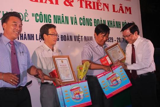 Ông Nguyễn Văn Tín. Phó tổng Biên tập Báo Người Lao Động, trao giải cho 2 tác giả đạt giải nhì