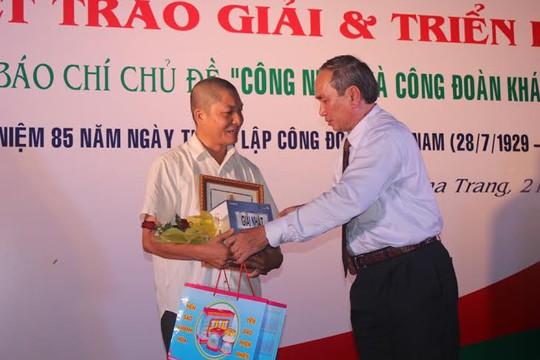 Ông Nguyễn Hòa, Chủ tịch LĐLĐ tỉnh Khánh Hòa, trao giải nhất cho tác giả Vũ Hồng Tâm