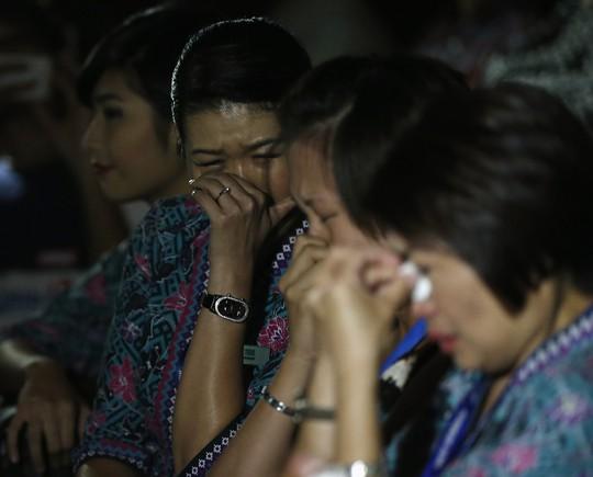 các tiếp viên hãng hàng không Malaysia Airlines rơi lệ trong buổi cầu nguyện cho các nạn nhân máy bay MH17. Nguồn: Reuters