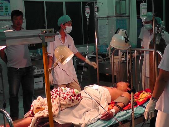Anh Sang được cấp cứu sau 5 ngày mất tích trong kho đông lạnh. Ảnh: Nh.M
