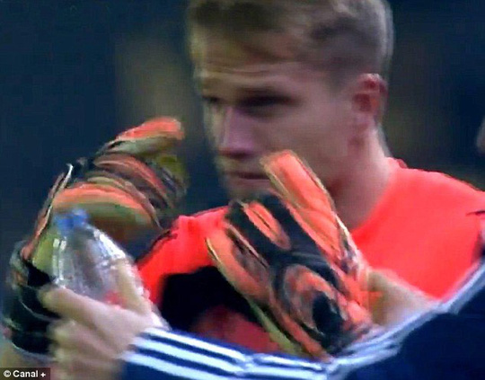 Thủ môn của Celta Vigo bị cay mắt vì khói