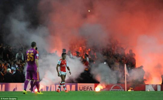 Tiền đạo Alexis Sanchez bỏ chạy khỏi khu vực nguy hiểm