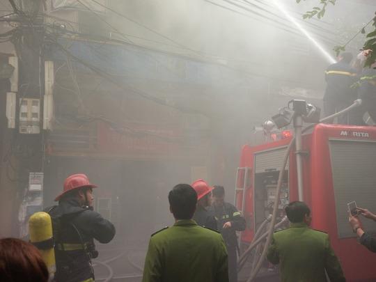 Phun nước trực tiếp vào ngọn lửa trong khi khói đen vẫn tuôn ra mù mịt