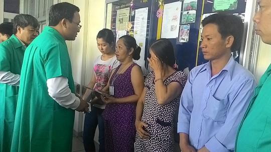 Ông Khuất Việt Hùng (thứ hai, bìa phải) đang thăm hỏi các nạn nhân bị TNGT tại Bệnh viện Chợ Rẫy