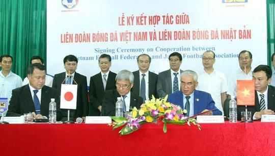 Hai đại diện của bóng đá Nhật Bản và Việt Nam trong buổi ký kết hợp tác