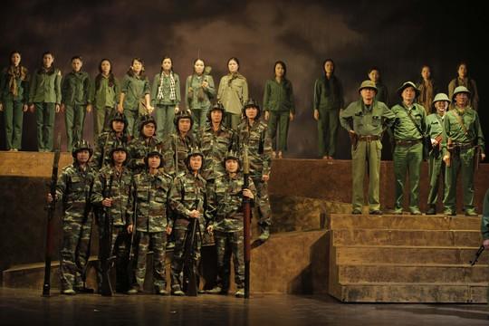 Một cảnh trong vở Chuyến tàu tốc hành trong đêm của Nhà hát kịch nói Quân đội. (Ảnh do đoàn kịch cung cấp)