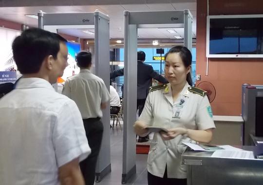 Kiểm tra an ninh tại sân bay. Ảnh: Tô Hà