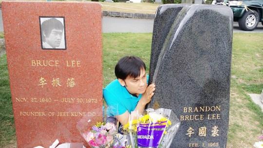 NSƯT Kim Tiểu Long viếng mộ Lý Tiểu Long
