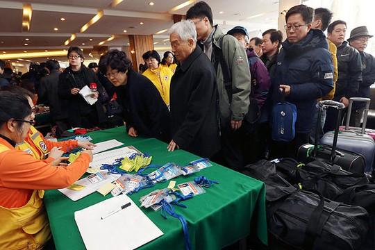 Đoàn người Hàn Quốc chuẩn bị lên đường đến Triều Tiên để tham gia cuộc đoàn tụ trong ngày 20-2. Ảnh: AP