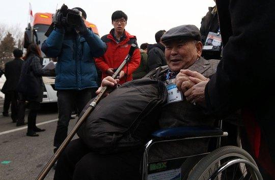 Một người Hàn Quốc chuẩn bị đến Triều Tiên để đoàn tụ với người thân trong ngày 20-2. Ảnh: CFP