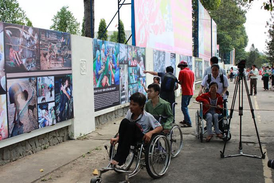 Người khuyết tật đang xem triển lãm ảnh