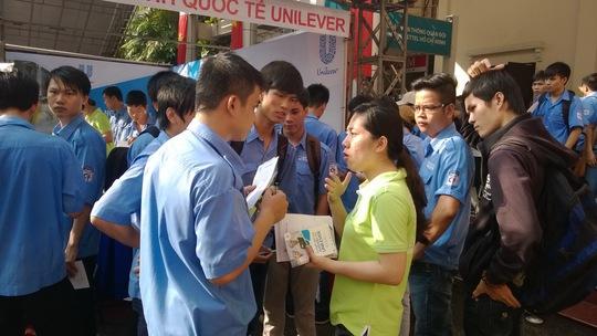 Sinh viên trao đổi với nhà tuyển dụng tại ngày hội